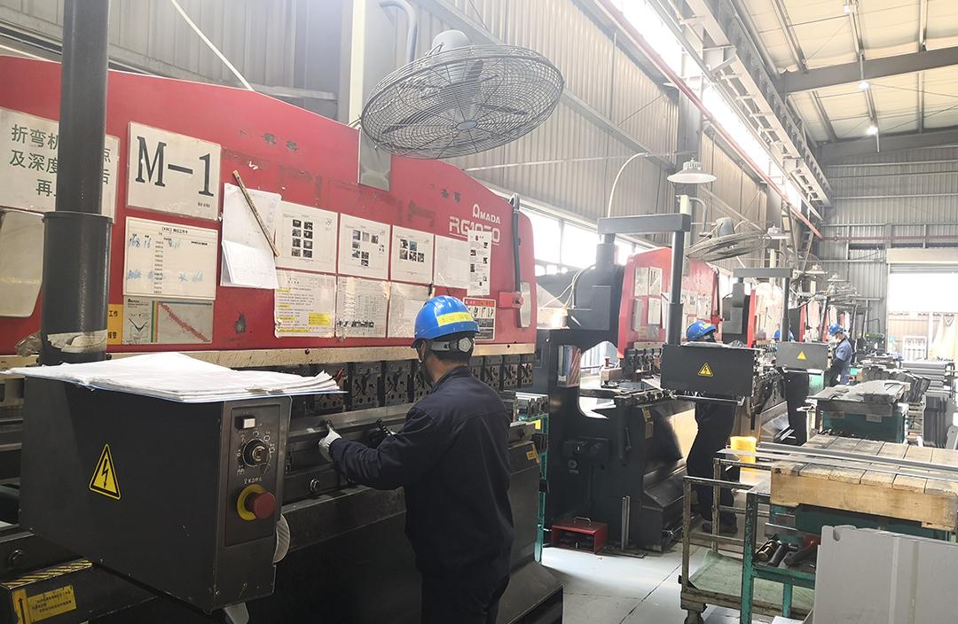 画像:神戸鈑金(成都)金属有限公司 KBC内塗装作業風景